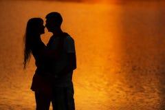 ηλιοβασίλεμα ζευγών Σκιαγραφία των εραστών Στοκ Εικόνες