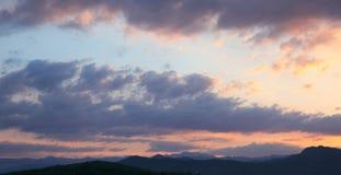 Ηλιοβασίλεμα η ανασκόπηση καλύπτει τον &o Σκιαγραφία βουνών κορυφογραμμών Skyli Στοκ Εικόνες