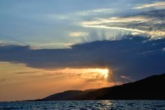 Ηλιοβασίλεμα, θάλασσα και σύννεφα, ακτίνες ήλιων Στοκ εικόνες με δικαίωμα ελεύθερης χρήσης