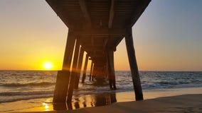 Ηλιοβασίλεμα λιμενοβραχιόνων πέρα από την ωκεάνια Νότια Αυστραλία απόθεμα βίντεο