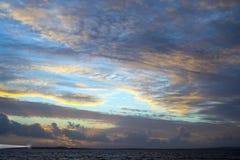 Ηλιοβασίλεμα και ήρεμα κύματα στη beal παραλία Στοκ Εικόνες