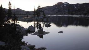 Ηλιοβασίλεμα και λίμνη στην οροσειρά βουνά της Νεβάδας, Καλιφόρνια απόθεμα βίντεο