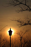 Ηλιοβασίλεμα και λαμπτήρες οδών Στοκ Φωτογραφία