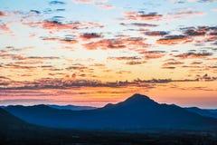 Ηλιοβασίλεμα και βουνό στην Ταϊλάνδη Στοκ φωτογραφία με δικαίωμα ελεύθερης χρήσης