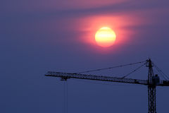 Ηλιοβασίλεμα και γερανός Στοκ Εικόνες