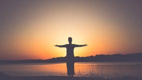Ηλιοβασίλεμα και γυναίκα Στοκ φωτογραφία με δικαίωμα ελεύθερης χρήσης