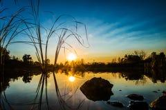 Ηλιοβασίλεμα και η λίμνη Στοκ φωτογραφία με δικαίωμα ελεύθερης χρήσης