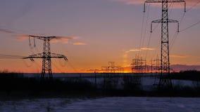 Ηλιοβασίλεμα και ηλεκτροφόρα καλώδια απόθεμα βίντεο