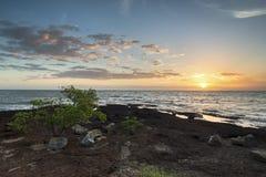 Ηλιοβασίλεμα και θάλασσα παραλιών η παραλία Στοκ εικόνα με δικαίωμα ελεύθερης χρήσης