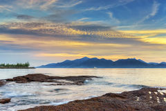 Ηλιοβασίλεμα και θάλασσα παραλιών η παραλία Στοκ Φωτογραφία
