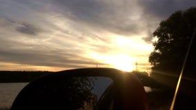Ηλιοβασίλεμα και καθρέφτης αυτοκινήτων Δάσος και λίμνη απόθεμα βίντεο