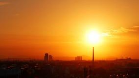 Ηλιοβασίλεμα και καπνοδόχος Στοκ φωτογραφία με δικαίωμα ελεύθερης χρήσης