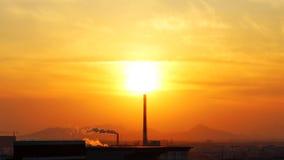 Ηλιοβασίλεμα και καπνοδόχος Στοκ φωτογραφίες με δικαίωμα ελεύθερης χρήσης