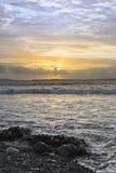 Ηλιοβασίλεμα και μαλακά κύματα στη beal παραλία Στοκ Εικόνες
