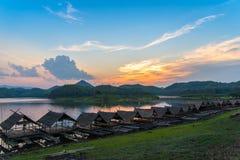 Ηλιοβασίλεμα και σπίτι βαρκών Στοκ εικόνα με δικαίωμα ελεύθερης χρήσης