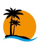 Ηλιοβασίλεμα και φοίνικες στο νησί απεικόνιση αποθεμάτων