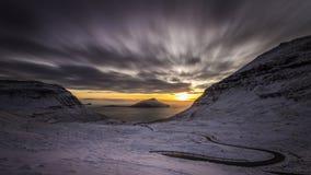 Ηλιοβασίλεμα και χιόνι, Nordadalur, Νήσοι Φαρόι, Δανία, Ευρώπη Στοκ Φωτογραφία