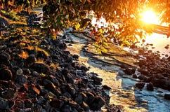 Ηλιοβασίλεμα και δύσκολη ακτή Στοκ Φωτογραφίες