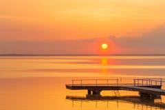 Ηλιοβασίλεμα κατά τη διάρκεια του καλοκαιριού νερού ακτών λιμνών νερού στοκ εικόνα με δικαίωμα ελεύθερης χρήσης
