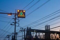 Ηλιοβασίλεμα κατασκευής σημαδιών κυκλοφορίας Στοκ Φωτογραφίες
