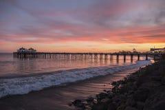 Ηλιοβασίλεμα Καλιφόρνιας αποβαθρών Malibu Στοκ Εικόνα