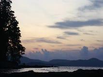 Ηλιοβασίλεμα κοντά στην ακτή μιας τροπικής θάλασσας απόθεμα βίντεο