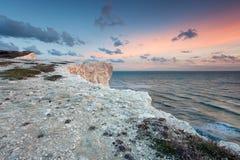 Ηλιοβασίλεμα κρητιδογραφιών πέρα από τους άσπρους απότομους βράχους θάλασσας Στοκ φωτογραφίες με δικαίωμα ελεύθερης χρήσης