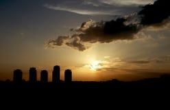 Ηλιοβασίλεμα μέσω του σκυροδέματος στοκ εικόνες