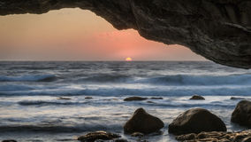 Ηλιοβασίλεμα μέσω των αψίδων, πέτρινος σχηματισμός βράχου ασβέστη, το Arche Στοκ εικόνες με δικαίωμα ελεύθερης χρήσης