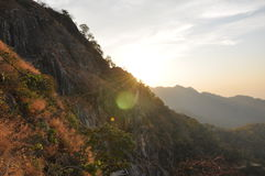 Ηλιοβασίλεμα μέσω των βουνών στοκ φωτογραφία με δικαίωμα ελεύθερης χρήσης