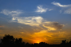 Ηλιοβασίλεμα με τα δραματικά σύννεφα και τα χρώματα Στοκ εικόνα με δικαίωμα ελεύθερης χρήσης