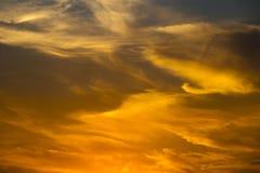 Ηλιοβασίλεμα με τα δραματικά σύννεφα και τα χρώματα Στοκ φωτογραφίες με δικαίωμα ελεύθερης χρήσης