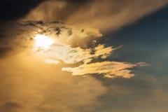 Ηλιοβασίλεμα με τα σύννεφα ήλιων πέρα από τα σύννεφα Στοκ Φωτογραφίες