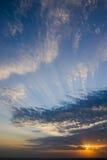 Ηλιοβασίλεμα με τα σύννεφα σε μια θάλασσα Στοκ Φωτογραφίες