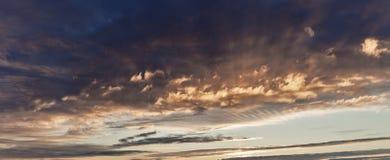 Ηλιοβασίλεμα με τα σύννεφα, στις πορτοκαλιές και πορφυρές σκιές Στοκ φωτογραφία με δικαίωμα ελεύθερης χρήσης