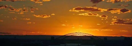 Ηλιοβασίλεμα με τη γέφυρα στο υπόβαθρο Στοκ φωτογραφία με δικαίωμα ελεύθερης χρήσης