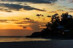 Ηλιοβασίλεμα με τη θάλασσα και τη σκιαγραφία του εδάφους Στοκ φωτογραφία με δικαίωμα ελεύθερης χρήσης