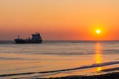Ηλιοβασίλεμα με τη θάλασσα και το σκάφος Στοκ Εικόνες