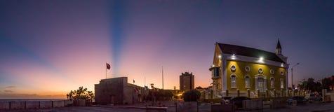 Ηλιοβασίλεμα με τις ακτίνες και τις ακτίνες Στοκ Φωτογραφίες