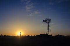 Ηλιοβασίλεμα με τον ανεμόμυλο στοκ εικόνες