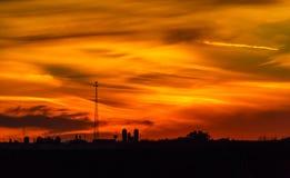 Ηλιοβασίλεμα με τον πύργο και τα σιλό Στοκ φωτογραφία με δικαίωμα ελεύθερης χρήσης