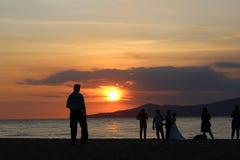 Ηλιοβασίλεμα με τους ανθρώπους και το γαμήλιο ζεύγος Στοκ φωτογραφίες με δικαίωμα ελεύθερης χρήσης