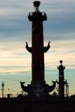 Ηλιοβασίλεμα με το παλαιό χρηματιστήριο και ραμφικές στήλες σε Άγιο Στοκ Εικόνες
