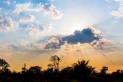 Ηλιοβασίλεμα με το όμορφο φως του ήλιου και σύννεφο, μπλε ουρανός το βράδυ Στοκ Εικόνες