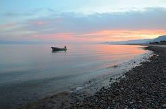 Ηλιοβασίλεμα. Μόνη βάρκα εν πλω Στοκ φωτογραφία με δικαίωμα ελεύθερης χρήσης