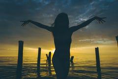 Ηλιοβασίλεμα νερού χορευτών Στοκ Φωτογραφίες