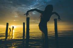 Ηλιοβασίλεμα νερού χορευτών Στοκ Εικόνα