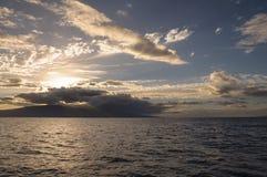 Ηλιοβασίλεμα νησιών πίσω από τα σύννεφα Στοκ Εικόνα