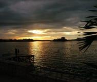 Ηλιοβασίλεμα οικογενειακής εξέτασης στη λίμνη Στοκ φωτογραφίες με δικαίωμα ελεύθερης χρήσης