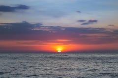 Ηλιοβασίλεμα ομορφιάς πέρα από seacoast τον ορίζοντα Στοκ φωτογραφία με δικαίωμα ελεύθερης χρήσης